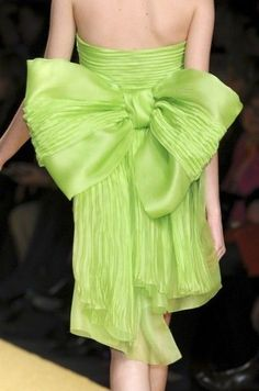 that is a bow! Dali, Verde Neon, Forever Green, Little Presents, Bright Spring, Happy Women, Shades Of Green, My Favorite Color, Green Dress