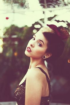 I'm obsessed with Melanie Martinez. Love her and her style... wish I had the balls to die my hair like this.