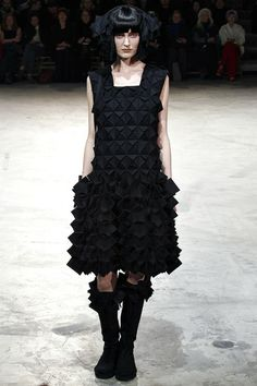 Yohji Yamamoto Parigi - Collections Fall Winter - Shows - Vogue. 3d Fashion, Fast Fashion, Fashion Week, Fashion Show, Fashion Design, Paris Fashion, Yohji Yamamoto, Madeleine Vionnet, Creation Couture