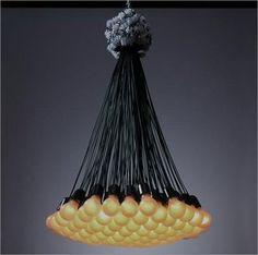 85 lamps is een designklassieker van Droog design. Ontworpen doorRody Graumans. De 85 lamps hangt onder andere in het MOMA in New York. Let op de kroonsteentjes aan de bovenkant die alle snoeren met elkaar verbinden, maar meteen een soort 'kroontje' vormt: geweldig design!