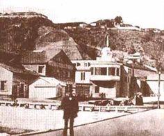 Muelle, Plaza Sotomayor y al fondo Cerro Alegre.   App.  1851 - 1852                             Fuente  Valparaíso, Wikipedia