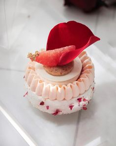 Saint Valentine's Pavlova Desserts Français, Small Desserts, Fancy Desserts, Sweets Recipes, Plated Desserts, Delicious Desserts, Pavlova, Patisserie Fine, Western Cakes
