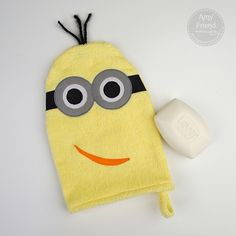 Minion Wahttp://duringquiettime.com/2013/11/minion-washcloth-tutorial.html?utm_source=feedburner&utm_medium=email&utm_campaign=Feed%3A+DuringQuietTimeStolenMomentsForCreativity+%28During+Quiet+Time%3A+Stolen+Moments+for+Creativity%29