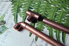 Aprende a hacer una mesa auxiliar desde cero usando tubos de cobre y reciclando un cartel de madera. Da un nuevo uso a tus carteles y personaliza tu mesa: http://inventandobaldosasamarillas.es/como-montar-una-mesa-de-tubos-de-cobre/