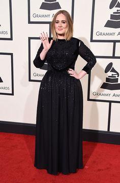Sim, habemus Adele! A cantora vai se apresentar no palco! O look preto é Givenchy