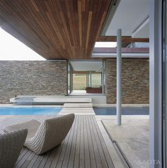 Perched on the edge of a privileged property in Knysna, South Africa, Cove 6 is one of only six residences to be permitted in the private estate of the Pezula Golf Estate. The partners at Stefan Antoni Olmesdahl Truen Architects (SAOTA) were taske. Moderne Pools, Building A Pool, Pool Designs, Cabana, Exterior Design, Outdoor Spaces, Interior Architecture, Swimming Pools, Terrace