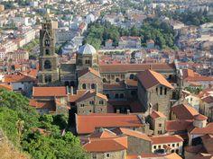 La #cathédrale du Puy-en-Velay s'accroche aux flancs d'un piton volcanique. #Auvergne #France