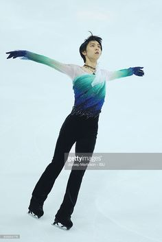 News Photo : Yuzuru Hanyu of Japan competes during Senior...