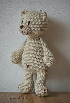 Beertje Buster van HappyHorse. Haakpatroon. Kooppatroon. Crochetpattern. Teddybear. http://haaknaaldenik.blogspot.nl/2015/03/haakpatroon-beertje-buster-van-happy.html?m=1