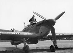 """F/Sgt Geoffrey """"Sammy"""" Allard appears from the cockpit of Hurricane Mk I VY-H after returning from a sortie to RAF Castle Camps in July 1940. The 28-year-old Yorkshireman accounted for 11 of 44 enemy aircraft claimed destroyed by No 85 Squadron RAF in August. Commissioned on 17 August and promoted to acting flight lieutenant on 8 September, The A Flight leader was awarded a Bar to his DFM on 13 September and the DFC on 8 October."""