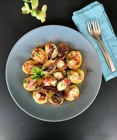 Ισπανικό βραστό χταπόδι με πάπρικα και πατάτες - χταπόδι Γαλικίας - Pulpo á feira Sprouts, Vegetables, Food, Vegetable Recipes, Eten, Veggie Food, Brussels Sprouts, Meals, Veggies