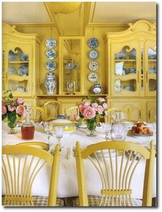 The house of Claude Monet in Giverny. All the dining room is yellow. French Decor, French Country Decorating, Yellow Dining Room, Yellow Rooms, Yellow Walls, Yellow Cottage, French Country Style, Country Blue, Dining Room Design
