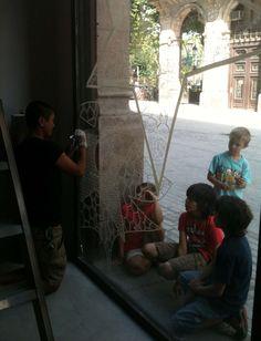 Yoshi pintando nuestro escaparate.
