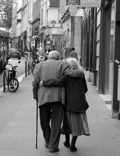 The Art of Holding Hands Forever: Pictures of Elderly Couples in Love. Old couples in love. Faith in humanity restored. Old Couple In Love, Couples In Love, Cute Old Couples, Romantic Couples, Images Of Couples, Couples Âgés, Sweet Couples, White Couple, Happy Couples