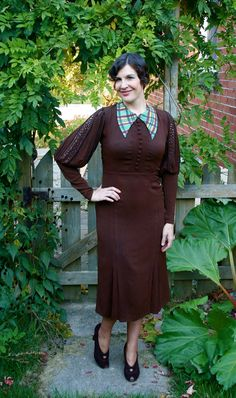 Vintage 1930s Dress Brown Rayon w. Plaid Collars & Mutton Sleeves    Perfect 1930's example!