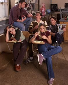 A still from Freaks and Geeks. Linda Cardellini, Busy Philips, James Franco, Jason Segel and Seth Rogen.