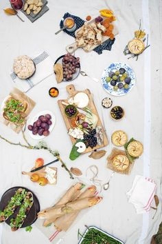 Perfect combo the perfect setting for an al fresco affair picnic. Food Styling, Dinner Party Table, Picnic Dinner, Picnic Time, Picnic Parties, Dinner Parties, Lunch Time, Party Table Decorations, Company Picnic