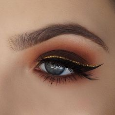 """""""Mi piace"""": 8,187, commenti: 30 - NYX Professional Makeup (@nyxcosmetics) su Instagram: """"You can never go wrong with a gold glitter wing for holiday! ✨ @abbyrobertsartistry used our Total…"""""""