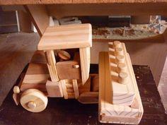Mini trator plantadeira em madeira