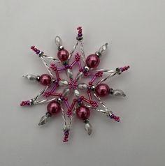 hvězdička z korálků Vánoční hvězdička z korálků a perliček na pevné drátěné konstrukci , velikost 10 cm v barvách stříbrná fialová nachově růžová