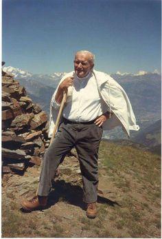 Pope in the Alps. Pope John Paul II in private. Unpublished photos of the Pope Papa Francisco, Catholic Saints, Roman Catholic, Papa Juan Pablo Ii, Juan Xxiii, Saint Chapelle, Religion Catolica, Pope John Paul Ii, Epic Photos