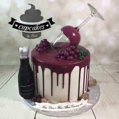 59 Ideas birthday cake wine bottles for 2019 Birthday Cake Wine, 21st Birthday Cakes, Birthday Cakes For Women, Mini Cakes, Cupcake Cakes, Food Cakes, Bolo Hot Wheels, Wine Bottle Cake, Wine Bottles