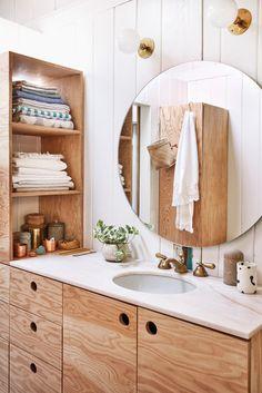 板目の美しい合板を多数用いた木材の質感あふれる洗面スペース