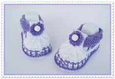 Baby Schuhe gestrickt in lila/weiss  von Geschenke-Eckle auf DaWanda.com