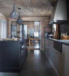 Her er norges 4 flotteste hytter! Mountain Cottage, Home Kitchens, Kitchen Island, Kitchen Design, House, Instagram, Home Decor, Cabin Decorating, Ski Chalet