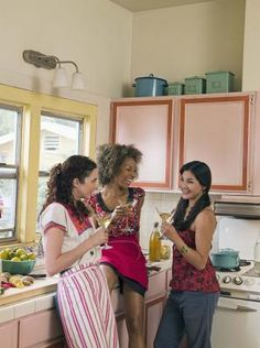 Como cobrir os armários da cozinha com papel    eHow Brasil
