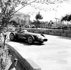 Milésimas: Un 18 de agosto En 1957 Sir Stirling Moss ganaba en Pescara y Fangio se coronaba campeón, mientras que en 1974 Brian Henton triunfaba en la competencia de F.3 Británica en Thruxton. http://milesim.blogspot.com.ar/2015/08/un-18-de-agosto.html
