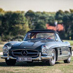 Classic Mercedes Benz #300SL. Pic taken at Zoute Concours d'Elegance / Belgium. Pic via: brussels_oldtimers / #300SLRestorations #BruceAdams190SL