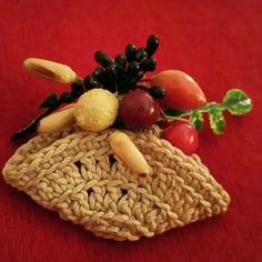 Vintage friut basket pin Super cute woven basket with assorted fruit. vintage  Jewelry Brooches