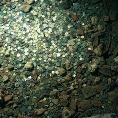 La Source de la grotte de St Emilion- 16) LA GROTTE MIRACULEUSE: Quand St Emilion s'installa dans l'ermitage, il n'y avait point d'eau nous dit la légende. Le saint fit miraculeusement remonter le cours d'un ruisseau depuis la vallée jusqu'au fond de son ermitage pour se désaltérer. Elle est connue pour guérir des maladies des yeux. Le bassin a encore le pouvoir de réaliser les voeux d'un simple jet de pièces.