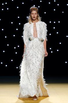 #Vestido de #novia de #juanjooliva tipo #caftán, sujeto en la cintura a modo de #cinturón, dos apliques de #espigas de trigo con #cardos y #serrunía, una flor natural africana, seleccionada expresamente para complementar sus vestidos.