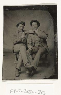 Portret van twee mannen, van wie de een de ander drank uit een fles in een glas schenkt, anonymous, c. 1870 - c. 1900