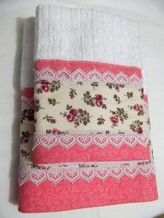 Toalha Personalized Towels, Crochet Towel, Towel Crafts, Embroidered Towels, Decorative Towels, Bathroom Art, Mug Rugs, Craft Items, Crochet Designs