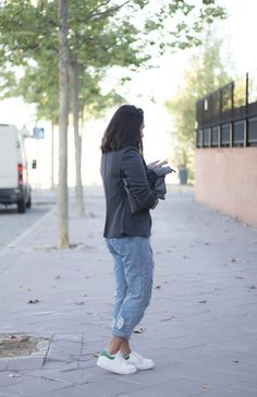 Grey Blazer Momfit Denim Distroyed Jeans White Sneakers Zaful Clutch Outfit Fashion Blogger