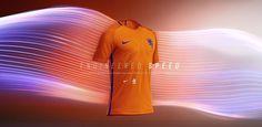 Alle voetbal outfits van clubs die er toe doen hebben ze in de shop van Soccerfanshop: http://aldoor.nl/blog/soccerfanshop-voetbal-en-streetwear