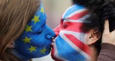 Two activists with the EU flag and Union Jack painted on their faces kiss each other in front of Bra... - HANNIBAL HANSCHKE/Reuters