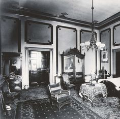 The Lincoln bed in the sported hangings that may be the purple ones selected by Mrs. Lincoln in White House Rooms, White House Interior, Home Interior Design, House Under Construction, Washington Dc Travel, Black N White, Old Houses, Great Rooms, American History