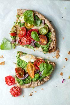 Pizza van Libanees brood met brocccolipesto, tomaatjes en mozzarella. Nu op lepeltjeliefde.nl