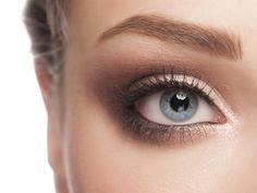Schön geschwungene Augenbrauen sorgen für einen perfekten Ausdruck. Wir zeigen Ihnen, wie Sie Ihre Augenbrauen zur Geltung bringen und es trotzdem noch natürlich aussieht