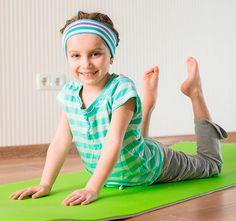 El Yoga para niños está especialmente indicado para que los más pequeños fortalezca y estiren su cuerpo, pero también está destinado a enseñarles a ser más conscientes de su propio cuerpo, así como a desarrollar su concentración y relajación.