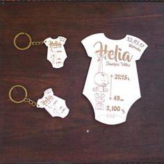 Original regalo de bienvenida al nuevo bebé; body y dos llaveros en madera grabada con todos los datos del recién nacido.