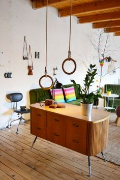 Easter- Industrial Trends For Your Dining Room Decor Mid-century Interior, Home Interior Design, Modern Interior, Interior Ideas, Dining Room Lamps, Dining Furniture, Kitchen Drawer Lights, Midcentury Modern, Couch Magazin