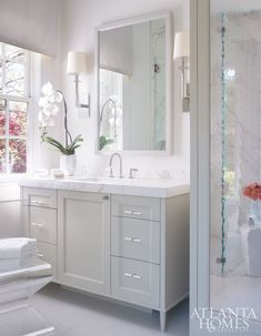 Alison Womack Jowers enlists Mary Kathryn Timoney to create an ultrapersonal space Modern Master Bathroom, Small Bathroom, Magazine Design, Bath Trends, Bad Styling, Bathroom Design Luxury, Design Bedroom, Bathroom Layout, Bathroom Ideas