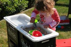 Draussen spielen mit Sand und Wasser in einer Matschküche – Montessori Pädagogik –