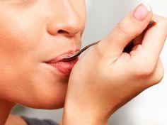 Wie funktioniert der schnelle Gesundheits-Check mit dem Löffel-Trick? Alles was du brauchst ist ein Löffel und eine (transparente)