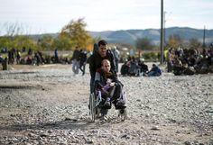 11.11 A la frontière entre la Macédoine et la Grèce, 3000 migrants tentent de suivre les 800'000 réfugiés qui ont déjà fui vers l'Europe.Photo: AFP/Robert Atanasovski
